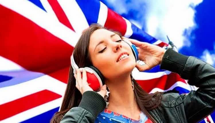 девушка слушает английскую речь