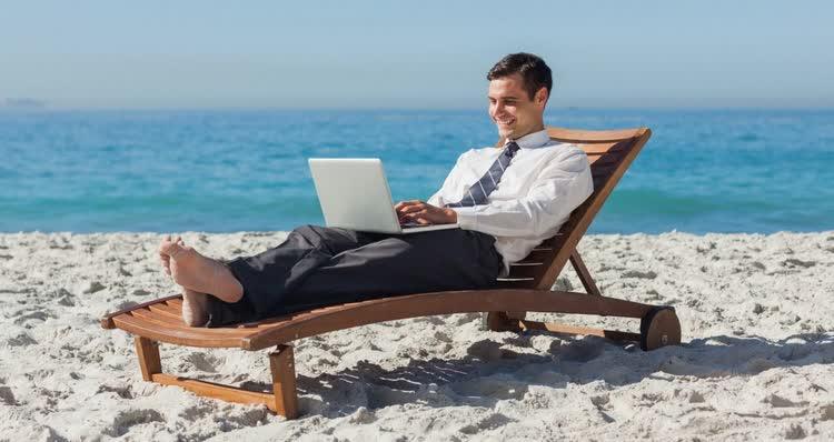 На чем можно заработать в интернете сидя на берегу моря