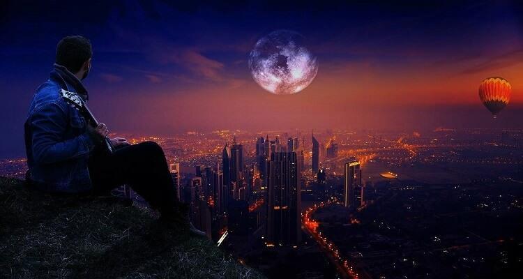 человек смотрит на планету