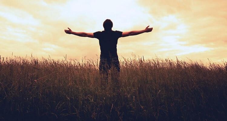 Процесс самопознания и мужчина обнимает мир