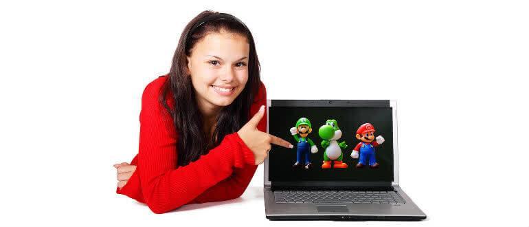 девушка показывает пальцем на экран