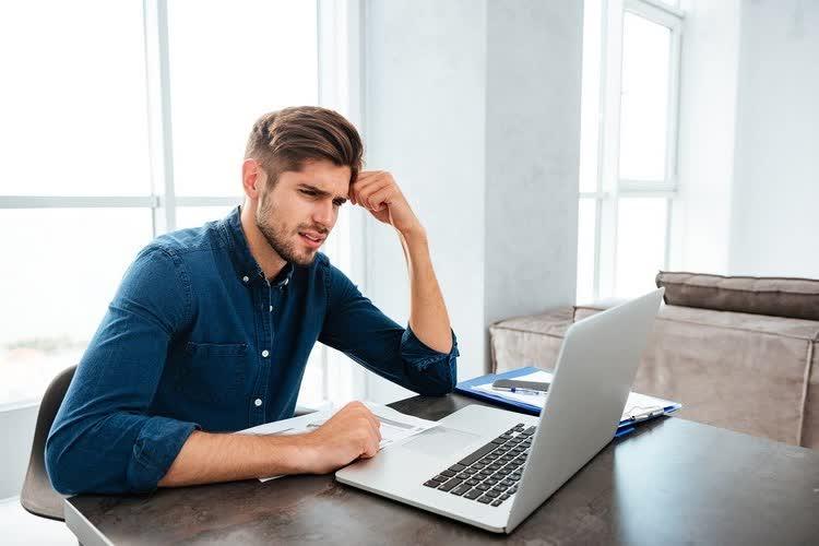 Мужчина думает о заработке в интернете