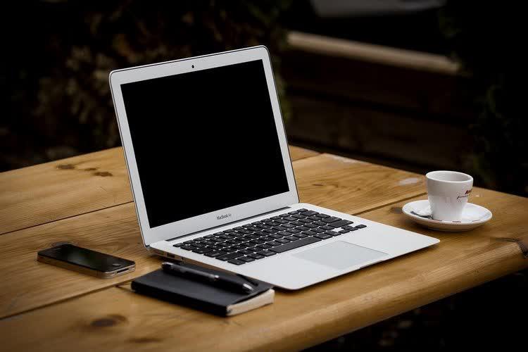 Творческая обстановка на столе