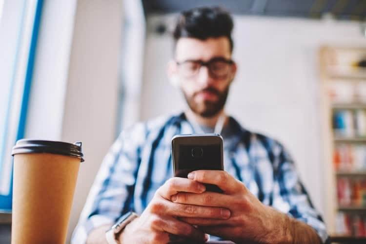 Мужчина зарабатывает с помощью телефона