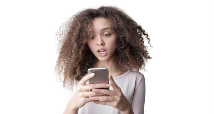 Девушка думает о плюсах и минусах заработка через телефон