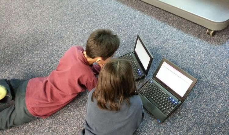 Школьник и школьница за компьютером
