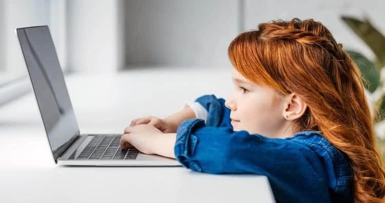 Девочка за компьютером