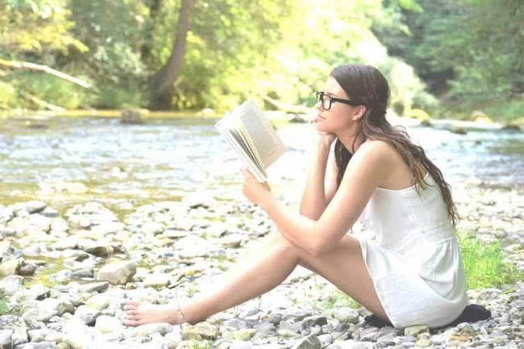 Девушка занимается саморазвитием на природе