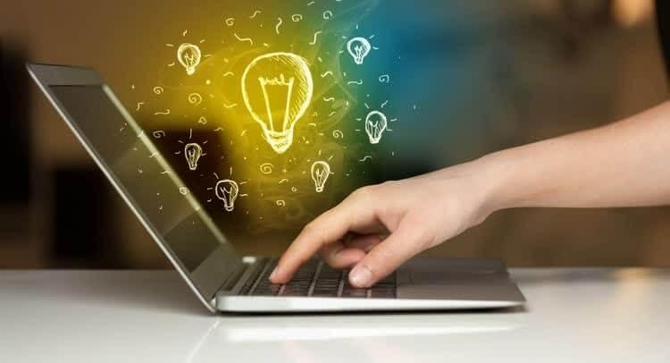 палец на клавиатуре и светящиеся лампочки