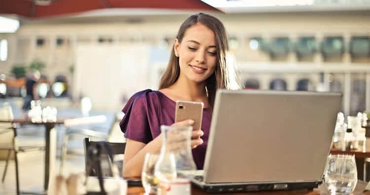 Девушка смотрит приложения для заработка в интернете
