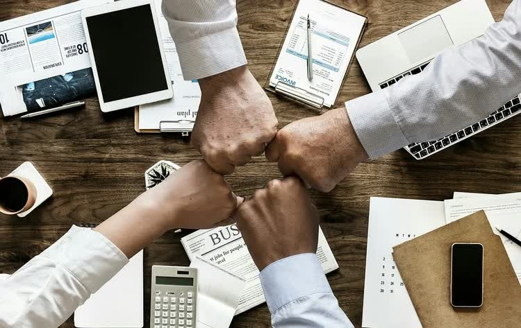 Четыре кулака символ решимости в бизнесе