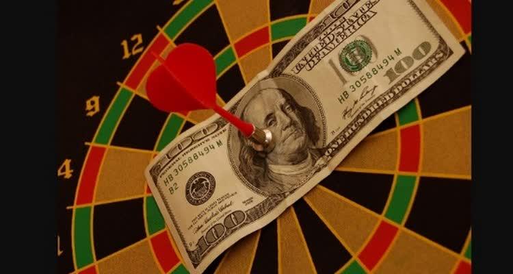Дротик пригвоздил доллар в центр мишени
