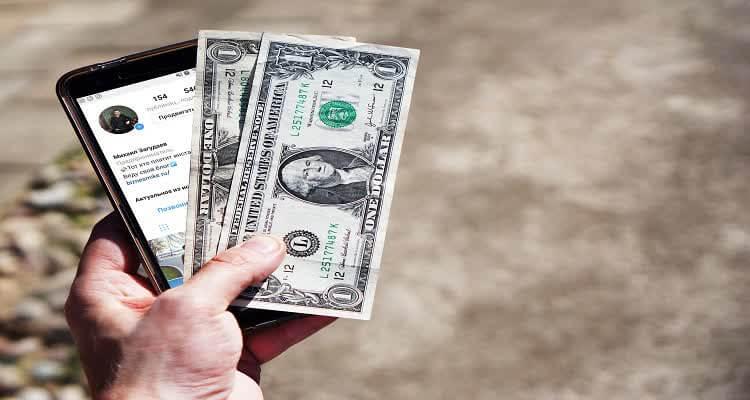 Деньги в руке и телефон