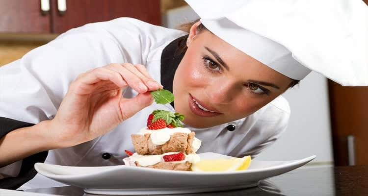 Девушка-повар готовит блюдо