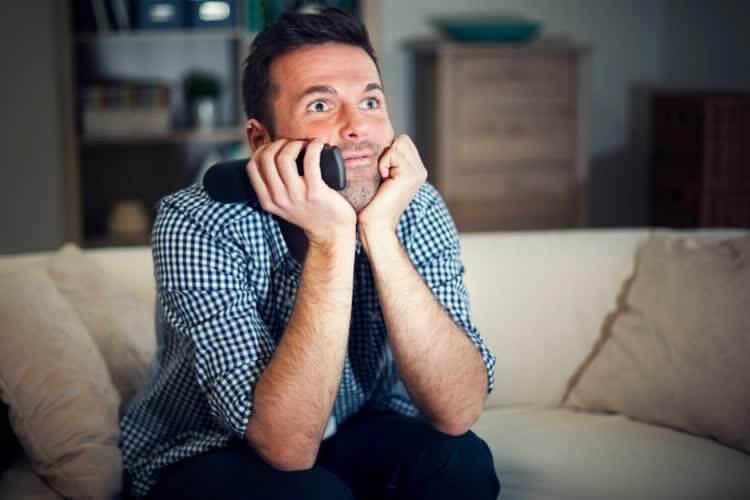 Мужчина смотрит английское кино