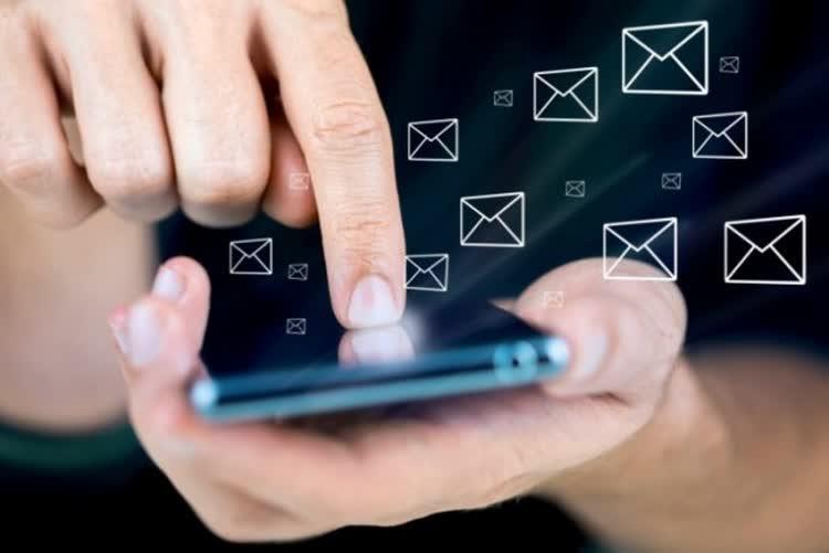 Телефон в руке пальцем набирают перевод
