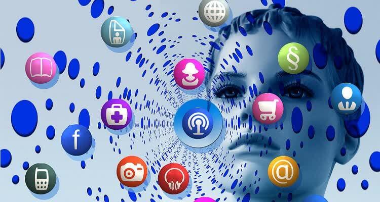 Значки социальных сетей и лицо девушки