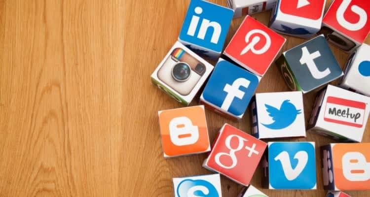 Значки социальных сетей на столе