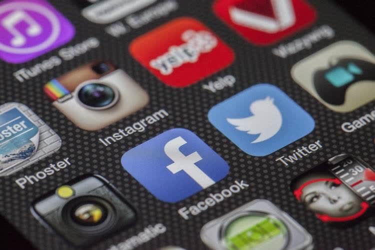Окна социальных сетей на ярком экране