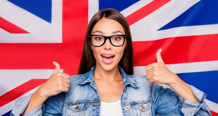 Довольная девушка на фоне английского флага