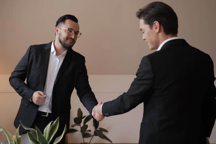 мужчины пожимают руки